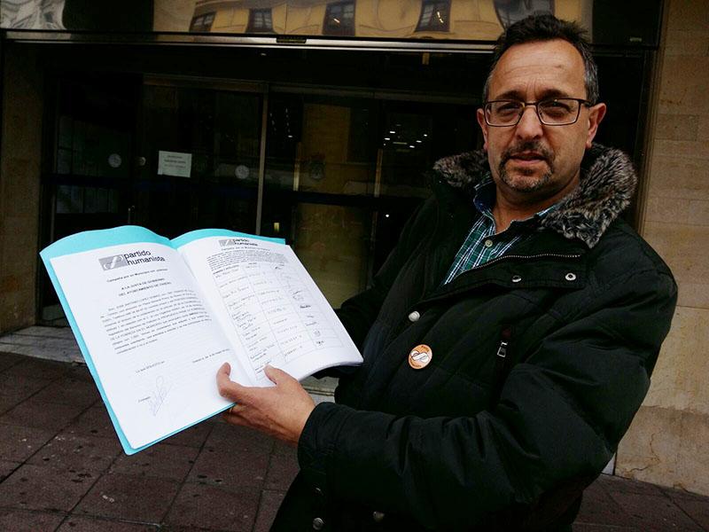 """El PH de Asturias presenta 1000 firmas en Oviedo en su campaña """"Por un municipio sin pobreza"""""""